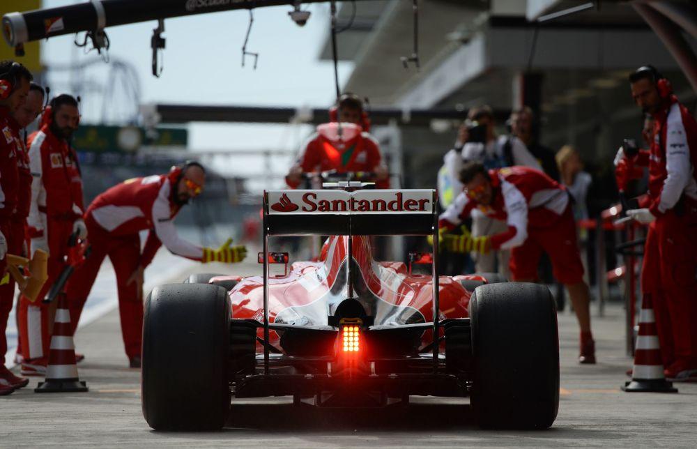 Kierowca z zespołu Ferrari Kimi Räikkönen podczas trzeciej sesji treningowej.