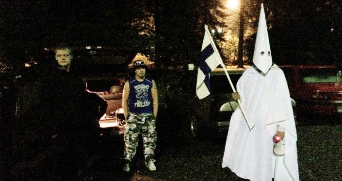 Grupa protestujących przeciwko imigrantom w fińskim mieście Lahti
