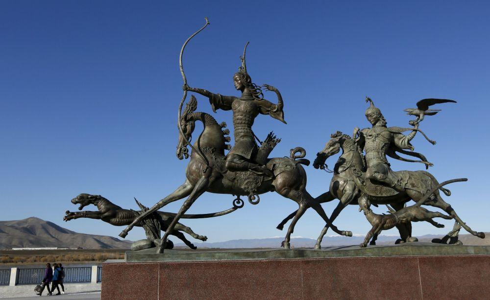Rzeźby brązowe nad brzegiem rzeki Jenisiej w mieście Kyzył. Republika Tuwa, Syberia