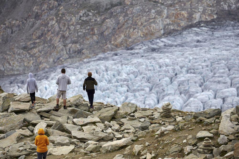 Turyści na lodowcu Aletschgletscher w Alpach