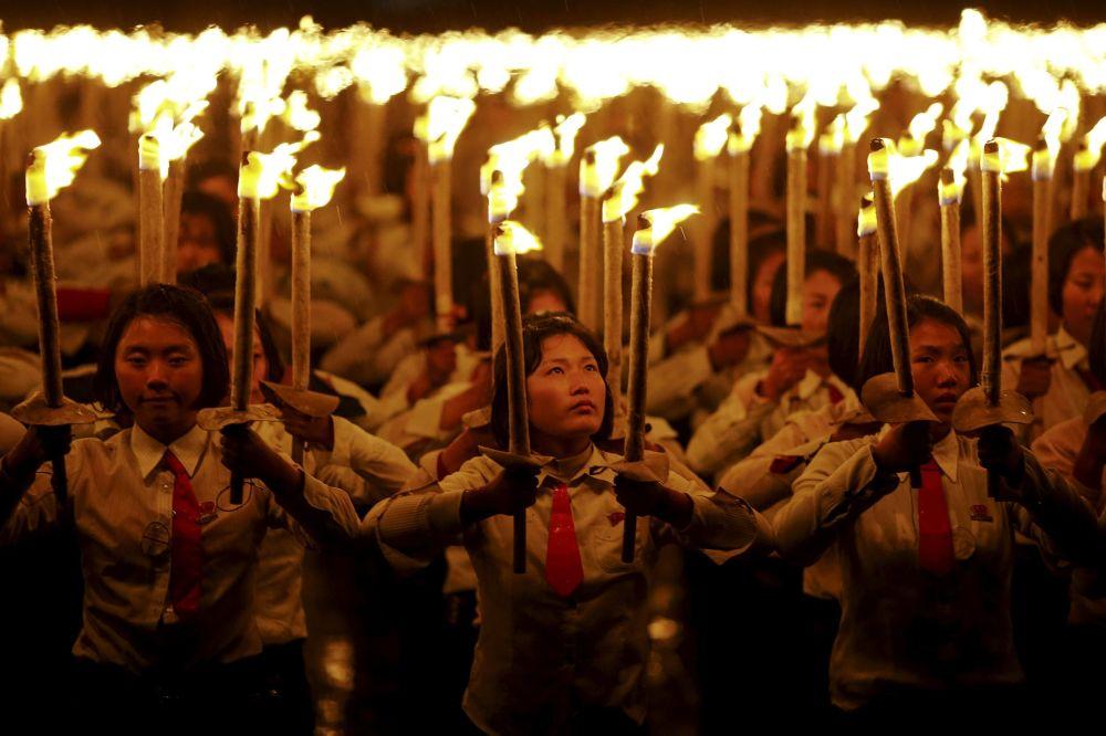 Dziewczyny podczas obchodów 70. rocznicy utworzenia Partii Pracy Korei w Pjongjangu