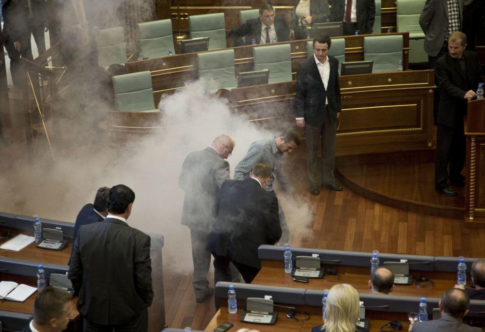 Deputowani opozycji rozpylili gaz łzawiący w parlamencie w Kosowie
