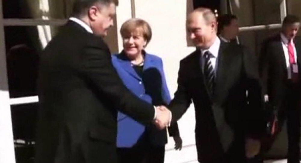 Putin i Poroszenko podczas spotkania w Paryżu