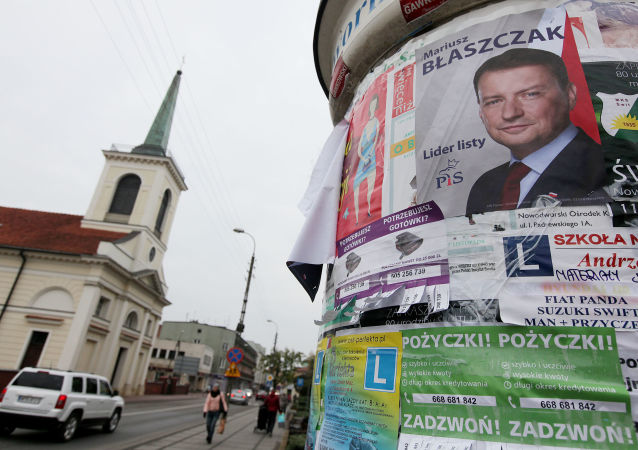 Plakat wyborczy przewodniczącego klubu parlamentarnego Prawa i Sprawiedliwości Mariusza Błaszczaka na ulicy Warszawy