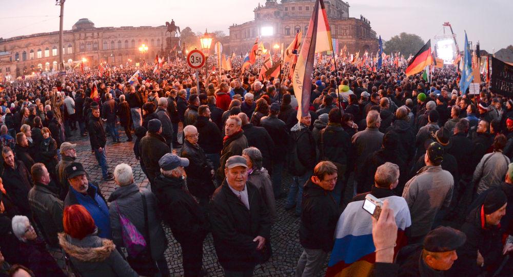 Zwolennicy ruchu PEGIDA na antyislamskim wiecu w Dreźnie, Niemcy