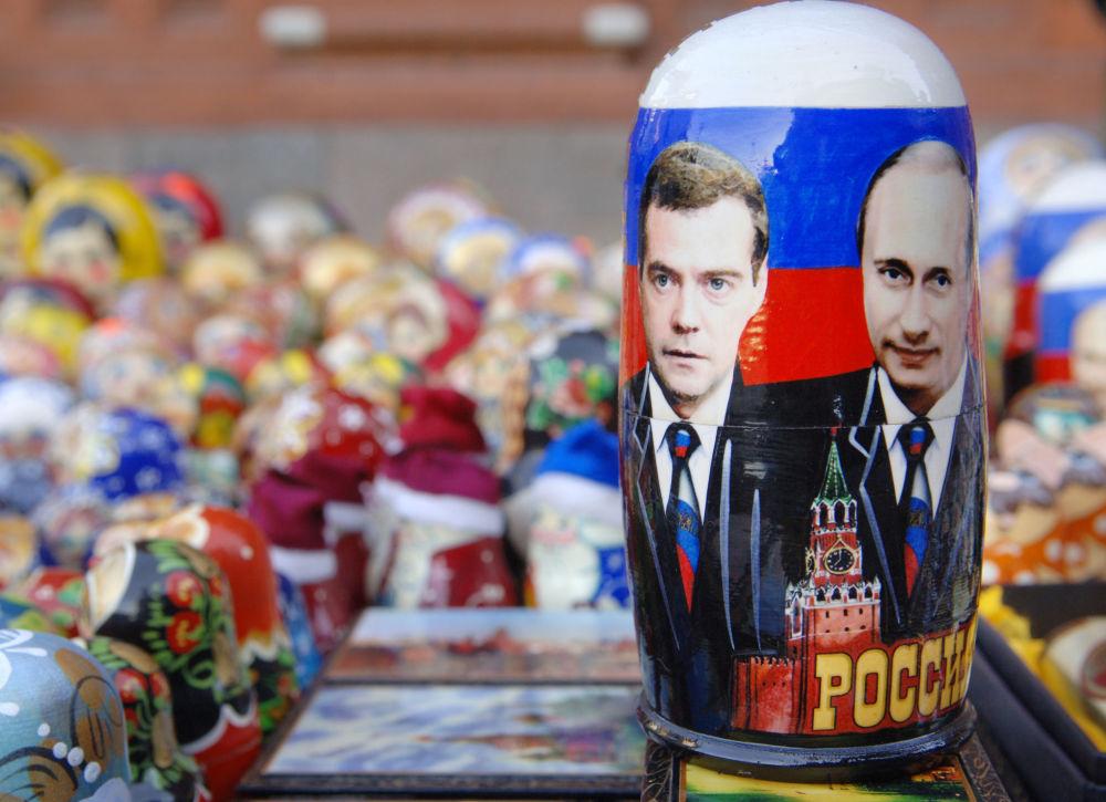 Matrioszka ze zdjęciem Władimira Pputina i Dmitrija Medwiediewa
