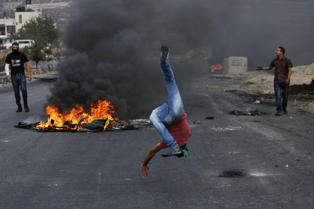 Palestyski demonstrant podczas akcji protestacyjnej w pobliżu żydowskiej miejscowości Bet El