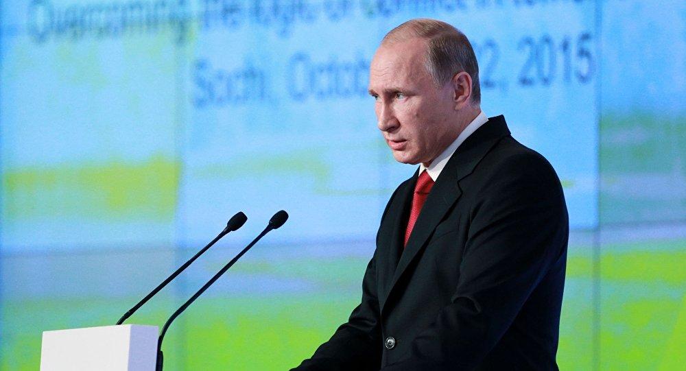 Prezydent Rosji Władimir Putin przemawia na końcowym posiedzeniu klubu Wałdaj