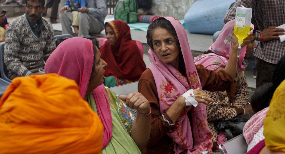 Pacjenci szpitala w Jammu po trzęsieniu ziemi w Indii
