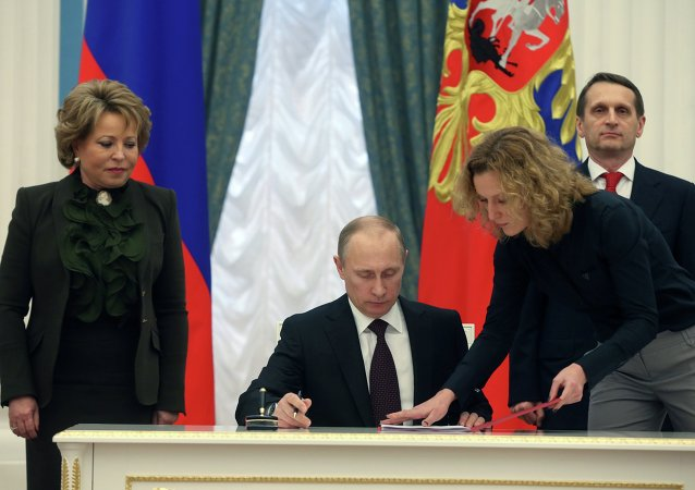 Prezydent Rosji Władimir Putin podpisuje akt przyłączenia Krymu do Rosji, 21 marca 2014