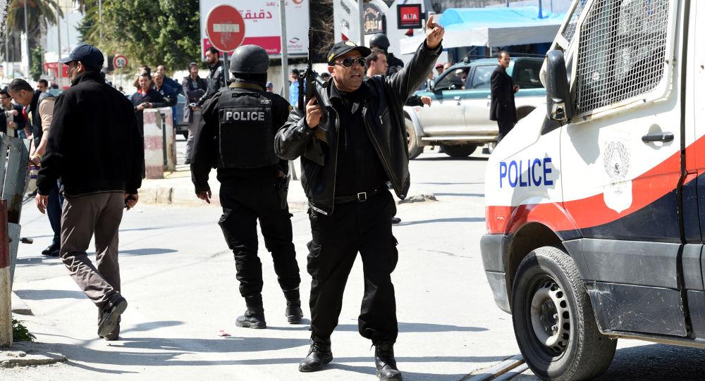 Tunezyjskie służby bezpieczeństwa obok  Muzeum Bardo