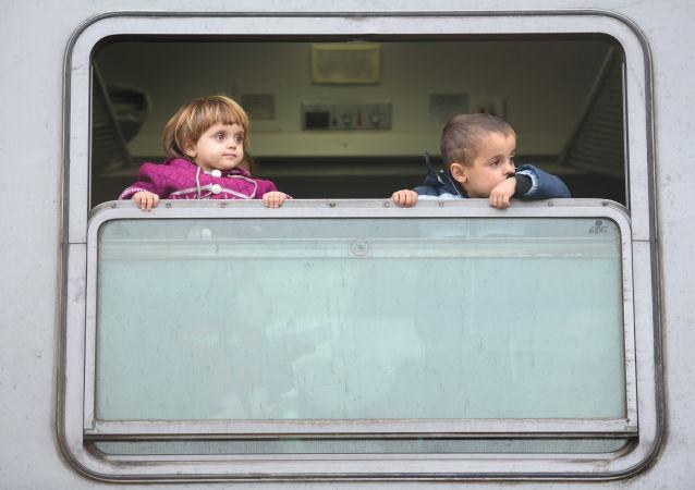 Dzieci w pociągu po przekroczeniu granicy chorwacko-serbskiej