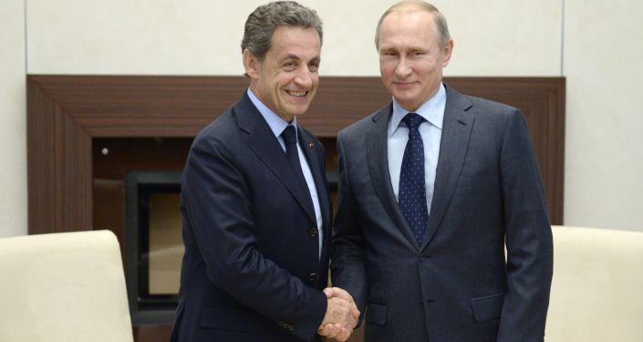 Prezydent Rosji Władimir Putin i były prezydent Francji Nicolas Sarkozy podczas spotkania