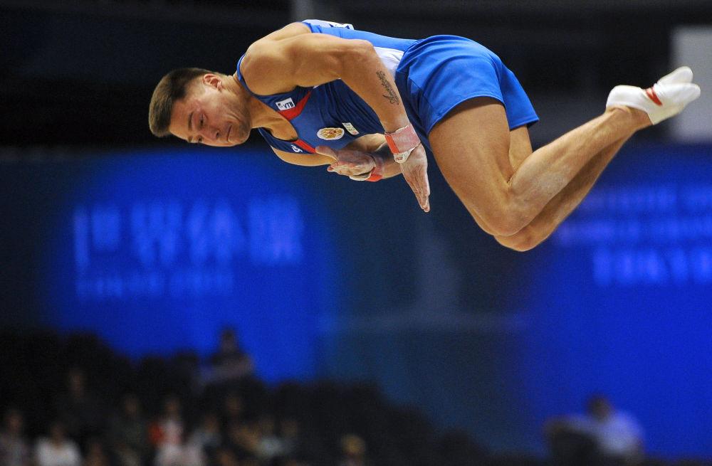 Rosyjski gimnastyk Anton Gołocuckow podczas zawodów kwalifikacyjnych