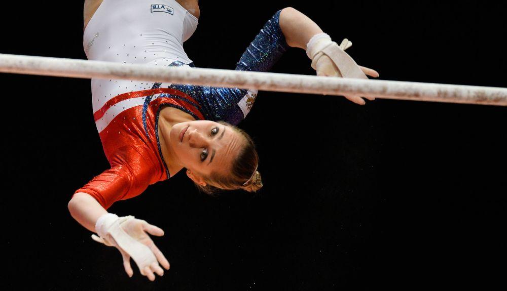 Wiktoria Komowa wykonuje ćwiczenia podczas Mistrzostw Świata w gimnastyce sportowej w Glasgow