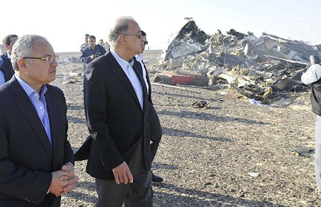 Premier Egiptu Szarif Isma'il na miejscu katastrofy na Półwyspie Synaj