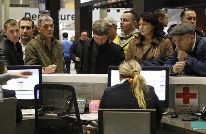 Stoisko informacji linii lotniczych Kogalymawia na lotnisku Pułkowo w Petersburgu