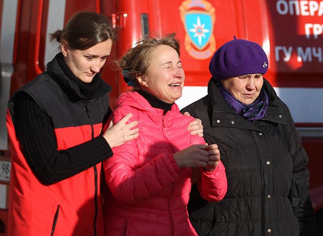 Krewni ofiar katastrofy rosyjskiego samolotu pasaerskiego Airbus A321 na lotnisku Pułkowo w Petersburgu