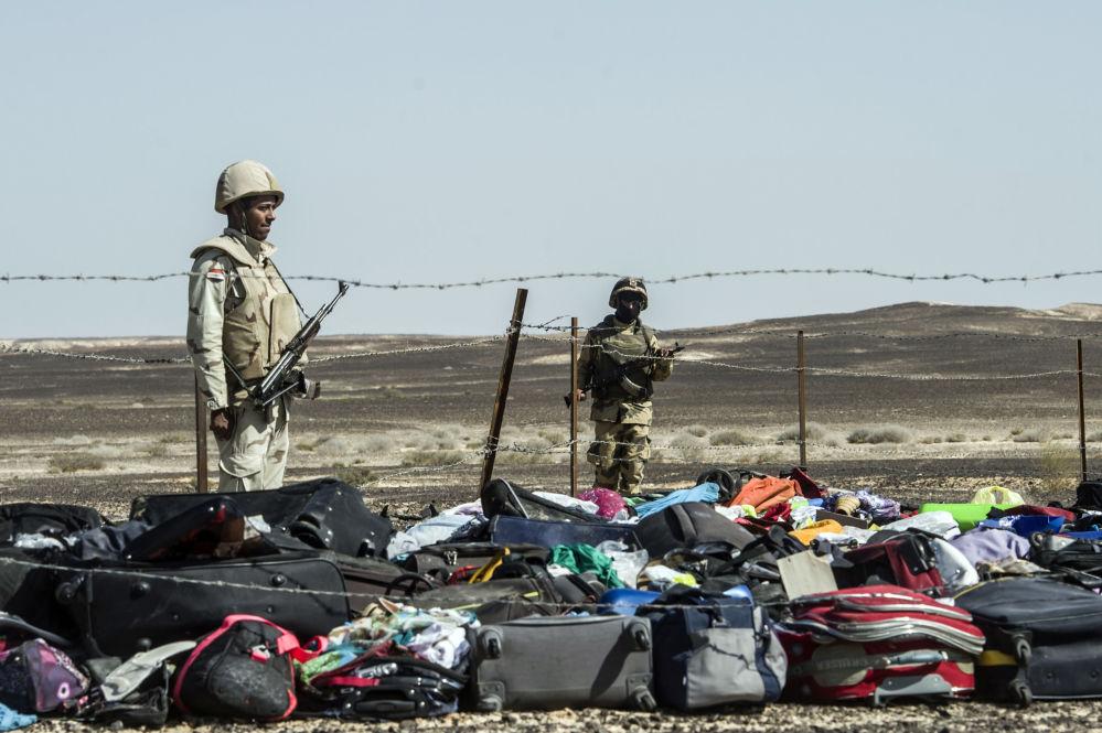 Żołnierze Egiptu na miejscu katastrofy rosyjskiego samolotu A321 na Półwyspie Synaj