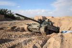 Czołg Т-72 przy drodze z Himsa do Palmiry w Syrii