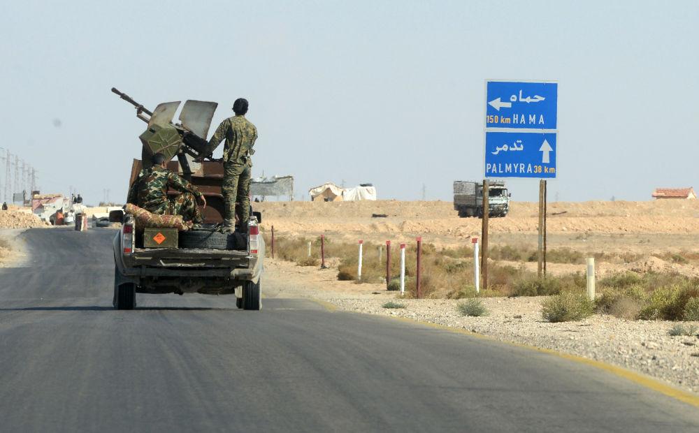 Bojownicy ruchu Hezbollah przy drodze z Himsa do Palmiry w Syrii