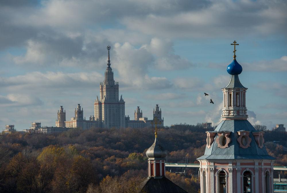 Widok na główny budynek Moskiewskiego Uniwersytetu Państwowego im. Łomonosowa z tarasu widokowego Rosyjskiej Akademii Nauk