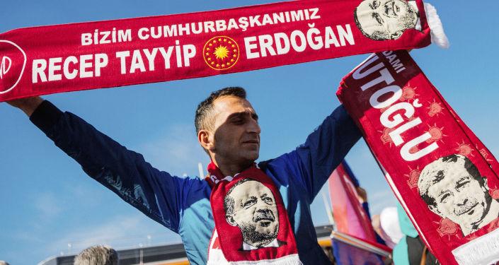 Uliczny sprzedawca handlujący szalikami z wizerunkiem Tayyipa Erdogana