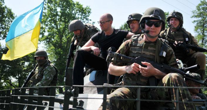 Premier Ukrainy Arsenij Jaceniuk pozuje do zdjęć z amerykańskimi żołnierzami podczas manewrów Fearless Guardian - 2015