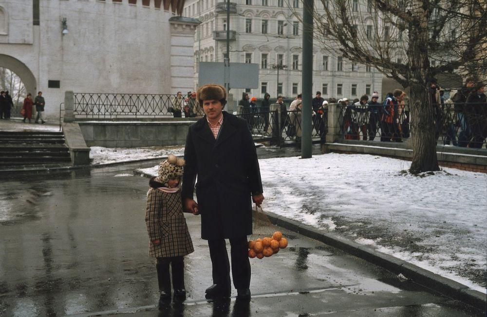 Moskwianie na tle kremlowskiego barbakanu Kutafia, 1984 rok