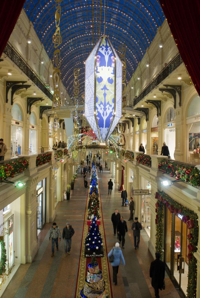 Bożonarodzeniowe dekoracje w Głównym Domu Towarowym (GUM)