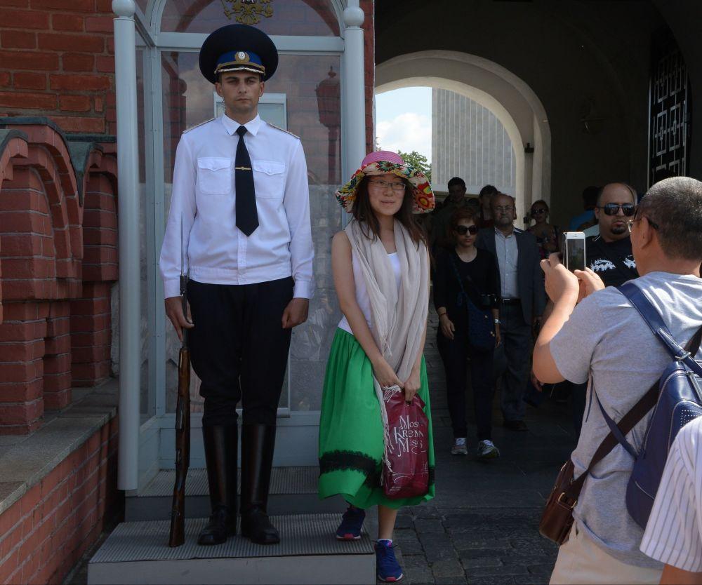 Turyści fotografujący się z wartą honorową na Kremlu