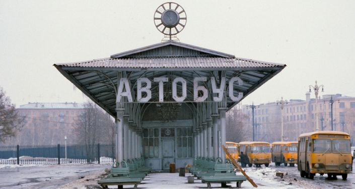 Zajezdnia autobusowa niedaleko metra WDNH, 1984 rok.