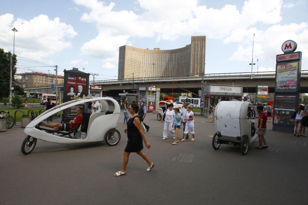 Rowerzyści-taksówkarze przy stacji metra WDNH