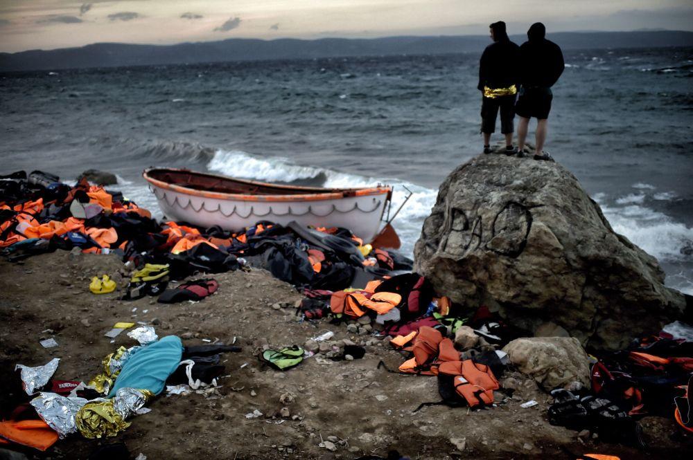 Uchodźcy na brzegu morza na wyspie Lesbos w Grecji