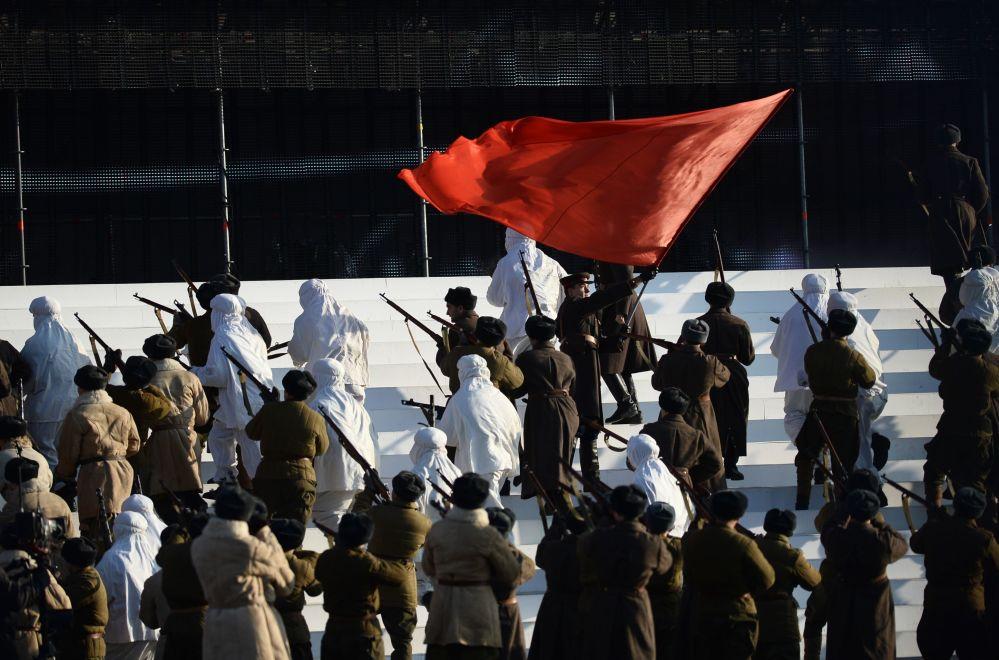 Uczestnicy uroczystej defilady na Placu Czerwonym 7 listopada 2015 roku
