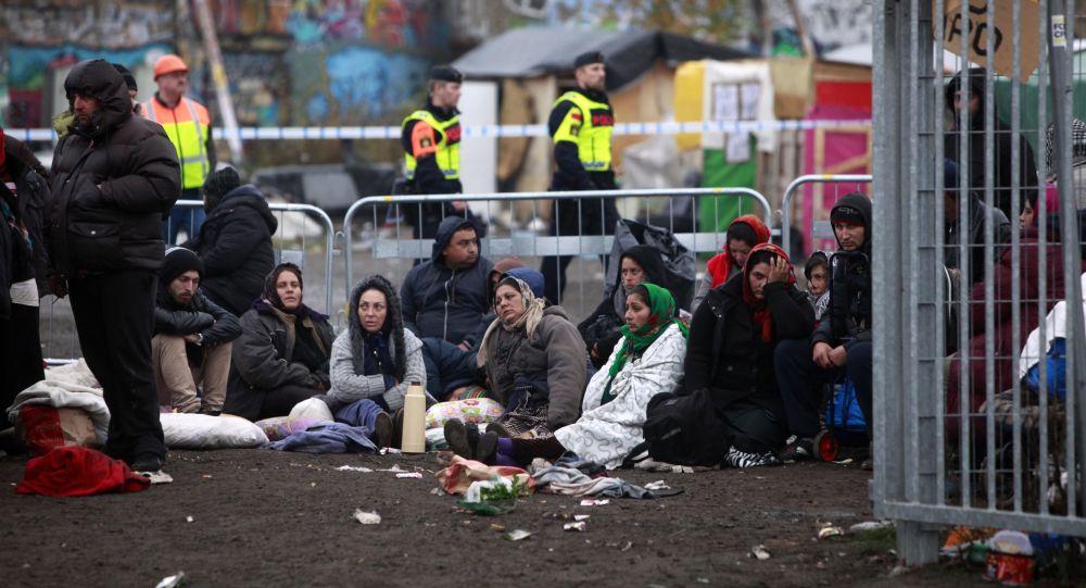 Szwedzka policja ochrania obóz uchodźców w Malmo, Szwecja