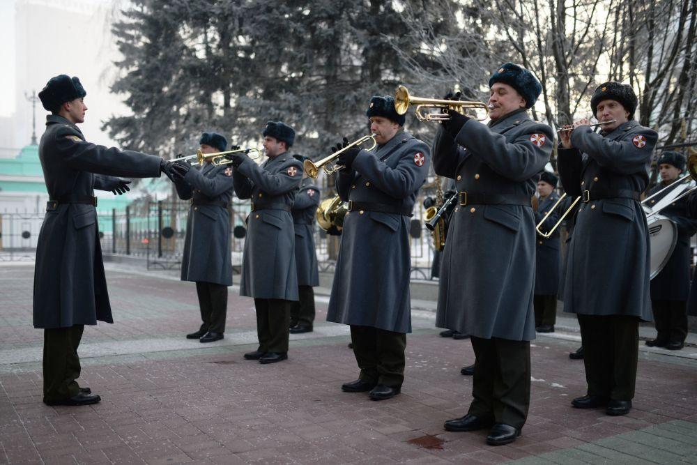 Muzycy orkiestry wojskowej na dworcu kolejowym podczas odjazdu poborowych