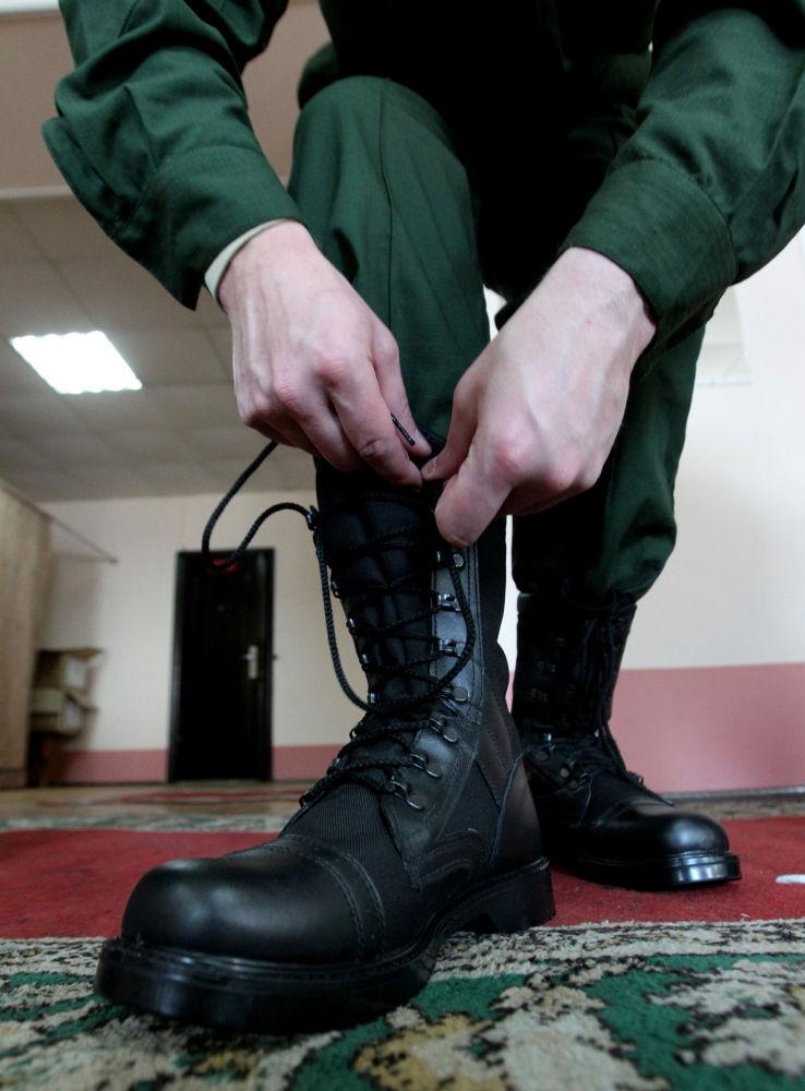 Poborowy przymierza mundur w punkcie rekrutacji we Władywostoku