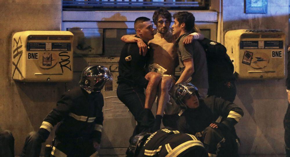 Straż pożarna okazuje pomoc po zamachu na teatr Bataclan w Paryżu