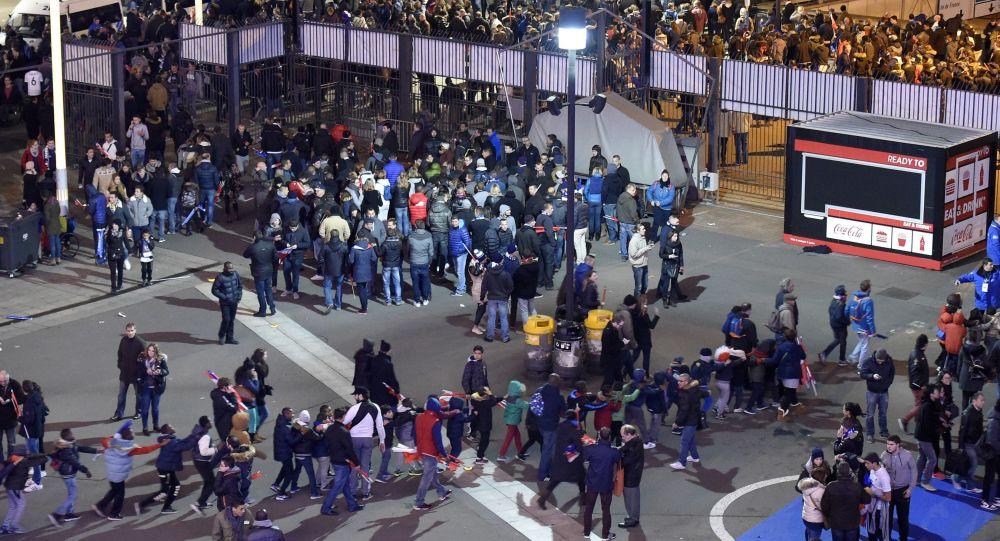 Widzowie wychodzą ze stadionu Stade de France po ataku terrorystycznym