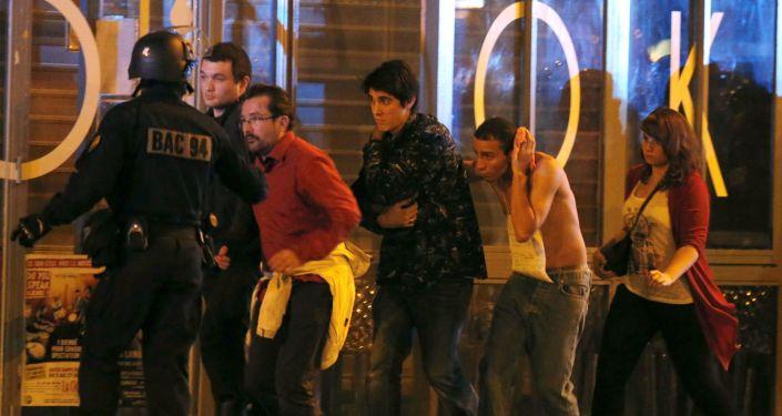 Ewakuacja ludzi z teatru Bataclan w Paryżu