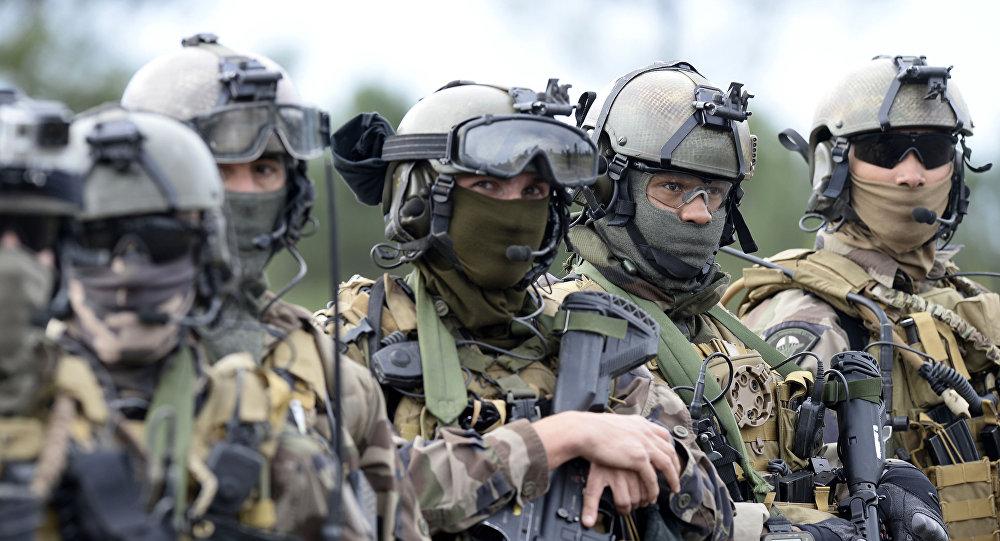 Francuscy żołnierze podczas ćwiczeń w obozie Captieux