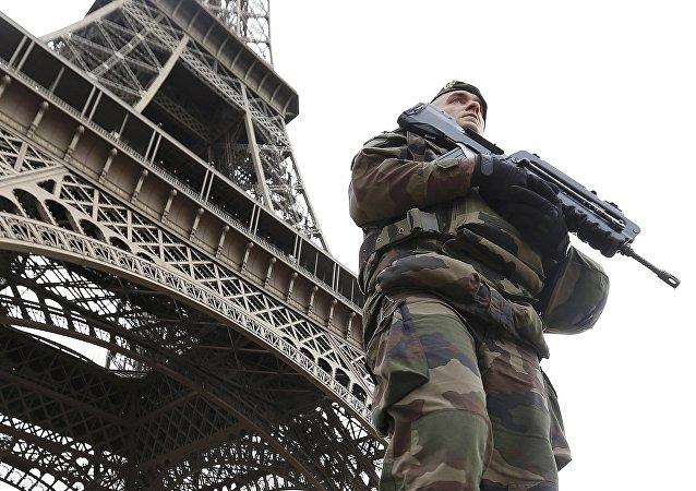 Francuski żołnierz po zamachach terrorystycznych w Paryżu
