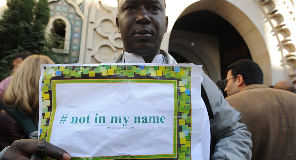 Mężczyzna z kartką Not in my name
