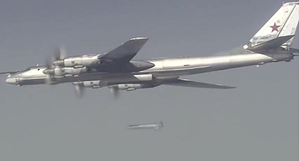 Samolot Tu-95 Sił Powietrzno-Kosmicznych Rosji podczas misji bojowej w celu zniszczenia obiektów infrastruktury PI w Syrii.