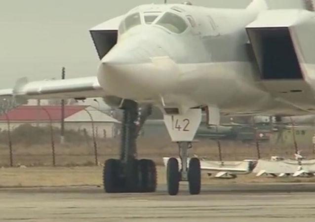 Samolot Tu-22M3 Sił Powietrzno-Kosmicznych Rosji po misji bojowej.