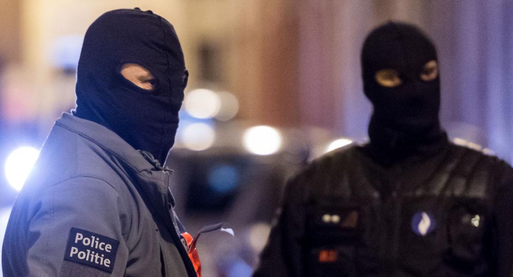 Funkcjonariusze sił specjalnych podczas operacji antyterrorystycznej w Brukseli