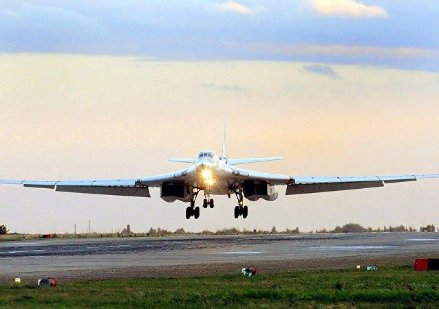 """Bombowiec Tu-160 """"Biały Łabędź"""" walczy z Państwem Islamskim"""