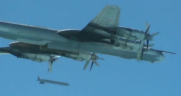 Bombowiec strategiczny Tu-95 Rosyjskich Sił Powietrzno-Kosmicznych  wypuszcza pociski manewrujące X-555 na obiekty PI w Syrii