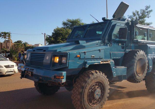 Samochód opancerzony sił bezpieczeństwa Mali obok hotelu Radisson